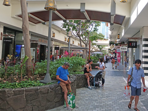 Ala Moana Shopping Center - Massive Shopping Complex near Waikiki and Honolulu City Center